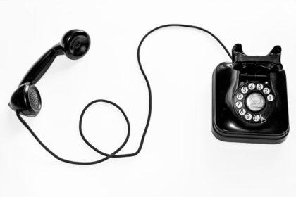 COVID-19 : des hotlines pour soutenir les parents, les enfants et les jeunes
